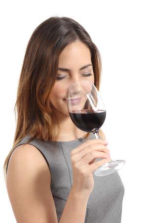 olfato: Mujer Hermosa sommelier cata de vino aislado en un fondo blanco