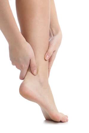 jolie pieds: concept de la douleur avec une cheville attraper des mains de femme isolé sur un fond blanc