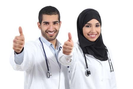 enfermeros: Árabes Unidos Arabia médicos felices con thums arriba aislados