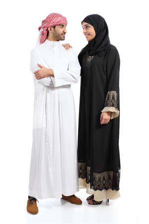 Todo el cuerpo de una pareja saudi árabe posando juntos aislado Foto de archivo