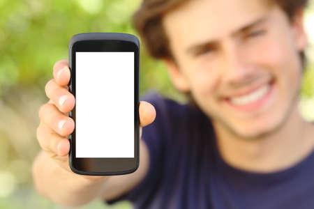 Gelukkig man met een lege mobiele telefoon scherm buiten