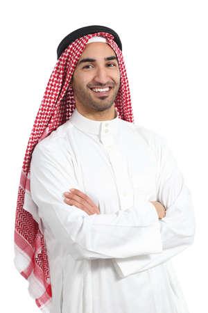 Hombre emiratos saudi árabe posando con los brazos cruzados aislados sobre un fondo blanco