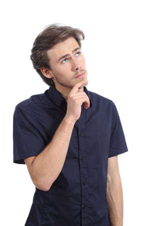 Knappe ernstige man denken en kijken naar kant geïsoleerd op een witte achtergrond