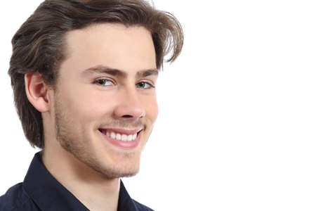 Knappe gelukkig man met een perfecte witte glimlach geïsoleerd op een witte achtergrond