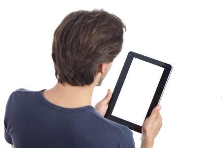 白い背景で隔離の空白のスクリーンを示すタブレットを読む男のトップ ビュー