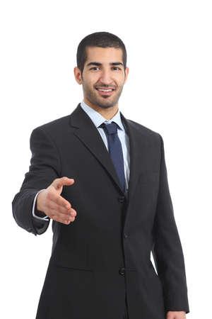 Hombre de negocios árabe sonriente listo al apretón de manos aislado en un fondo blanco