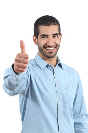 Árabe hombre feliz ocasional que gesticula los pulgares para arriba aislados en un fondo blanco