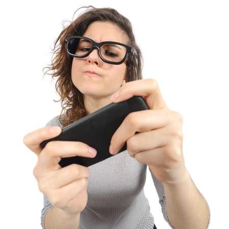 Geek vrouw spelen met een slimme telefoon geïsoleerd op een witte achtergrond Stockfoto