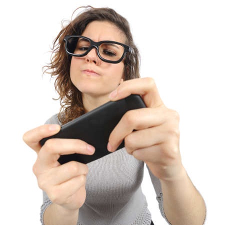 geek: Mujer Geek jugando con un teléfono inteligente aislado en un fondo blanco