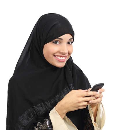 Arabische saudi emiraten lachende vrouw met behulp van een slimme telefoon geïsoleerd op een witte achtergrond