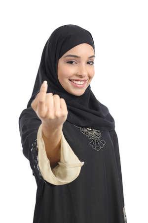 Arabische saudi emiraten vrouw gebaren wenkte geïsoleerd op een witte achtergrond Stockfoto