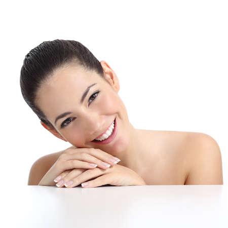 mooie vrouwen: Beauty vrouw met perfecte huid manicure en witte glimlach geïsoleerd op een witte achtergrond Stockfoto