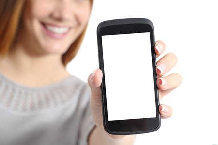 Primer plano de una mujer divertida celebración de una pantalla de teléfono inteligente en blanco aislado en un fondo blanco Foto de archivo