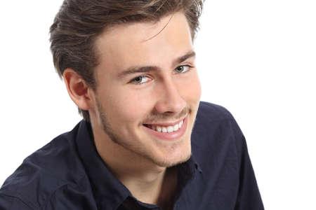orthodontie: Attractive portrait homme de visage avec un sourire parfait blanc isolé sur un fond blanc