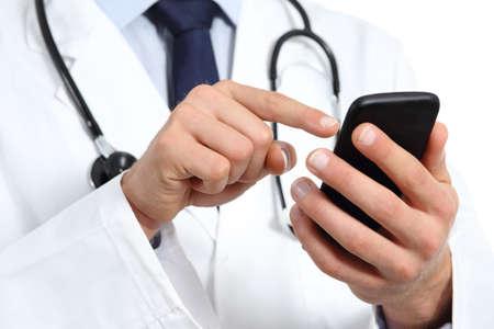 doctores: Doctor en manos de mensajes de texto en un tel�fono inteligente aislados en un fondo blanco