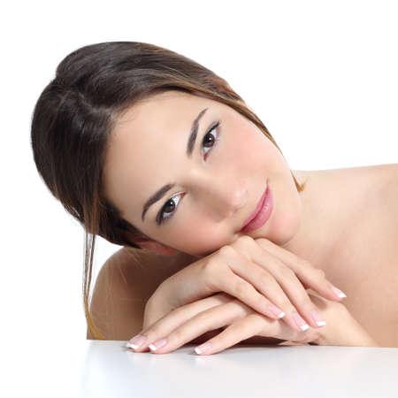 Schönheit Frau Porträt mit perfekter Haut und Französisch Maniküre in den Händen auf einem weißen