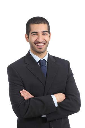 Árabe empresario feliz posando de pie con los brazos cruzados aislados sobre un fondo blanco