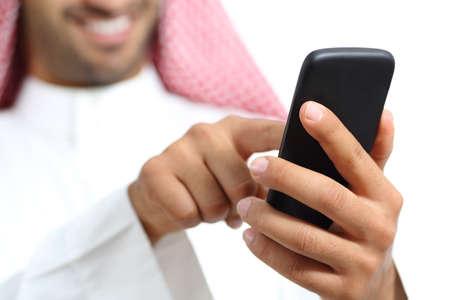 hombre arabe: Árabe saudi texting hombre emiratos mano en un teléfono inteligente aislado en un fondo blanco Foto de archivo