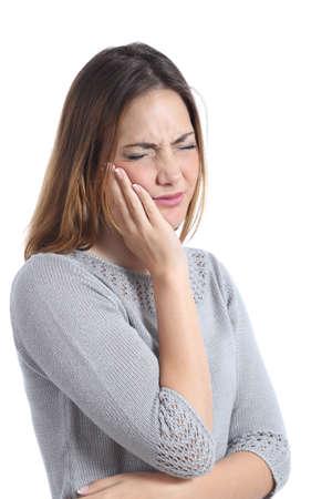 Vrouw die kiespijn met de hand op het gezicht geïsoleerd op een witte achtergrond