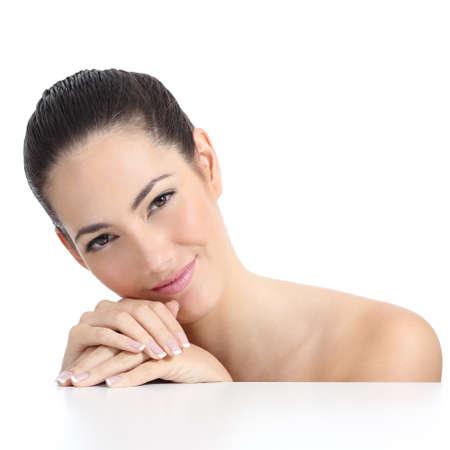 cuerpo femenino perfecto: Cara piel suave Mujer de la belleza y las manos con manicure franc�s aislado en un fondo blanco