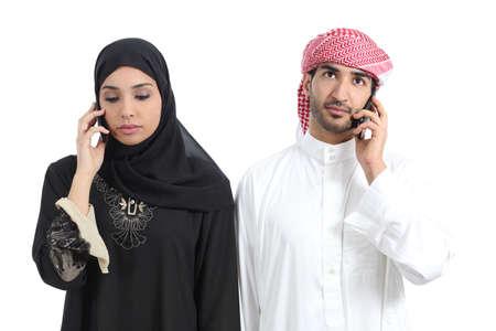 hombre arabe: Pareja árabe disgustado por teléfono aislado en un fondo blanco