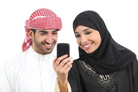 femme musulmane: Partage des médias sociaux sur le téléphone intelligent arabe couple isolé sur un fond blanc Banque d'images