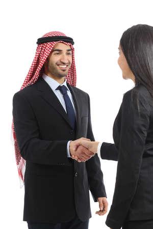 白い背景で隔離の交渉で、アラブのサウジアラビアの幸せな実業家ハンド シェーク