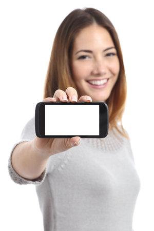 Happy vrouw een horizontale slimme telefoon screen app die op een witte achtergrond Redactioneel