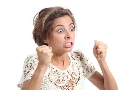 enojo: Mujer loca enojada con expresión de rabia aislado en un fondo blanco
