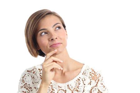 Mooie peinzende vrouw die en aan kant denken bekijken die op een witte achtergrond wordt geïsoleerd
