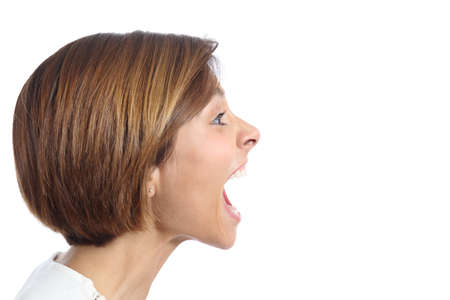 Perfil de uma jovem mulher com raiva gritando isolado sobre um fundo branco