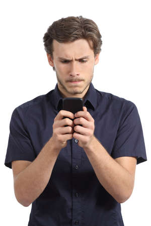 molesto: Hombre joven obsesionado con su tel�fono inteligente aislado en un fondo blanco