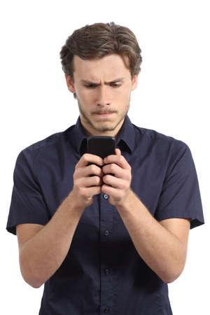 Jonge man geobsedeerd met zijn slimme telefoon geïsoleerd op een witte achtergrond