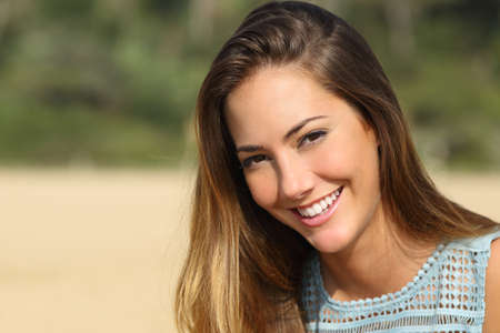 Portret van een vrouw met een witte tanden en een perfecte glimlach buiten