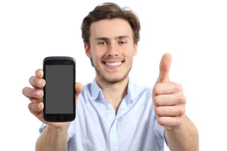 흰색 배경에 최대 절연 엄지 손가락 빈 화면이 스마트 폰을 보여주는 젊은 남자
