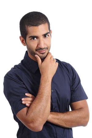 hombre arabe: Hombre guapo árabe posando mientras mira la cámara aislada en un fondo blanco