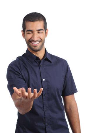 Hombre feliz árabe sosteniendo algo blanco en la mano aislado en un fondo blanco Foto de archivo - 33874398