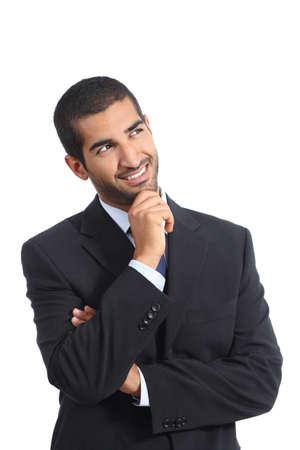 hombre pensando: Árabe feliz hombre de negocios que piensa mientras mira la cara aislado en un fondo blanco