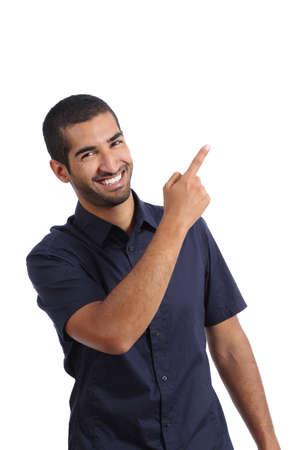 Arabische promotor mens die terwijl het richten aan kant geïsoleerd op een witte achtergrond Stockfoto
