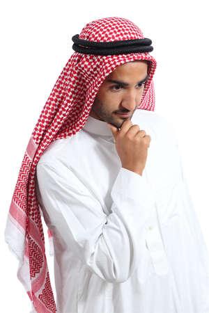 hombre arabe: Árabe saudi pensamiento hombre emiratos y mirando hacia abajo aislado en un fondo blanco