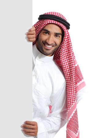hombre arabe: Árabe hombre promotor saudi con un cartel en blanco aislado en un fondo blanco