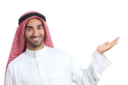 manos abiertas: �rabe hombre promotor saudi presentaci�n de un producto en blanco aislado en un fondo blanco