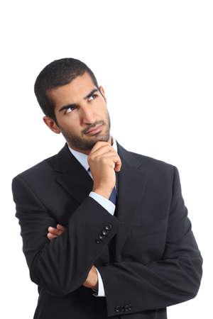 hombre pensando: Hombre de negocios �rabe pensamiento serio que mira de lado aislado en un fondo blanco