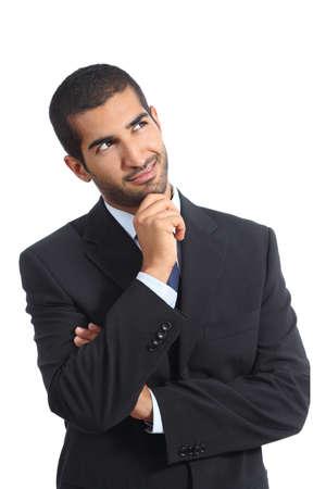 白い背景上に分離されて横に探して笑みを浮かべて考えてアラブ ビジネス男