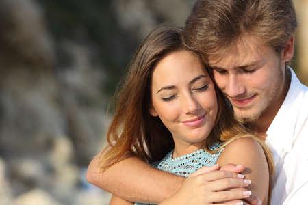 femme romantique: Couple amoureux �treindre et de sentir la romance avec les yeux ferm�s ext�rieur