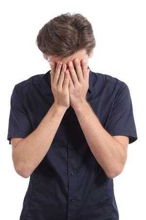 avergonzado: Rostro avergonzado o preocupado hombre que cubre con las manos aisladas en un fondo blanco