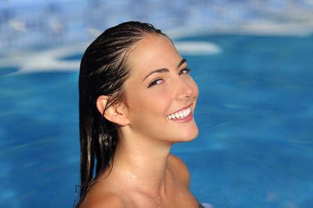 mujeres jovenes desnudas: Mujer de la belleza con sonrisa blanca perfecta y bañarse piel suave sobre un agua de la piscina spa
