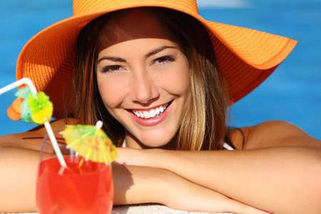 ortodoncia: Mujer feliz con la sonrisa blanca y perfecta en las vacaciones de ba�arse en una piscina y mirar a la c�mara