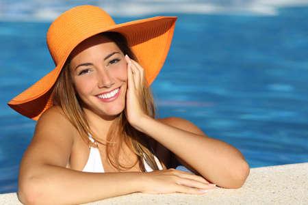 dentisterie: Fille en vacances avec un sourire blanc parfait baignade dans une piscine en vacances