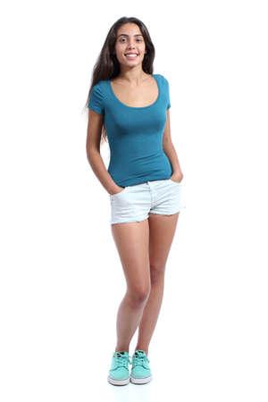 Volledige lichaam van een staande mooie tiener meisje geïsoleerd op een witte achtergrond